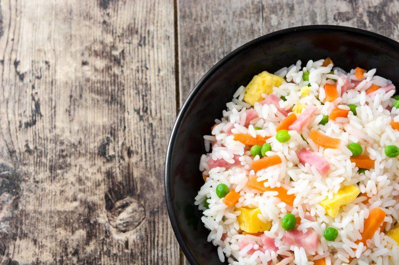 varená ryža so zeleninou a šunkou
