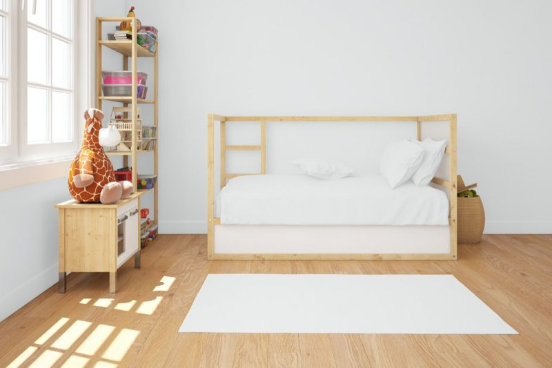 drevená posteľ a nábytok v detskej izbe