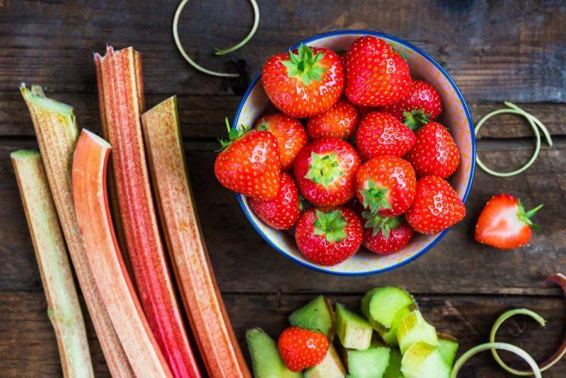 jahody v miske a rebarbora
