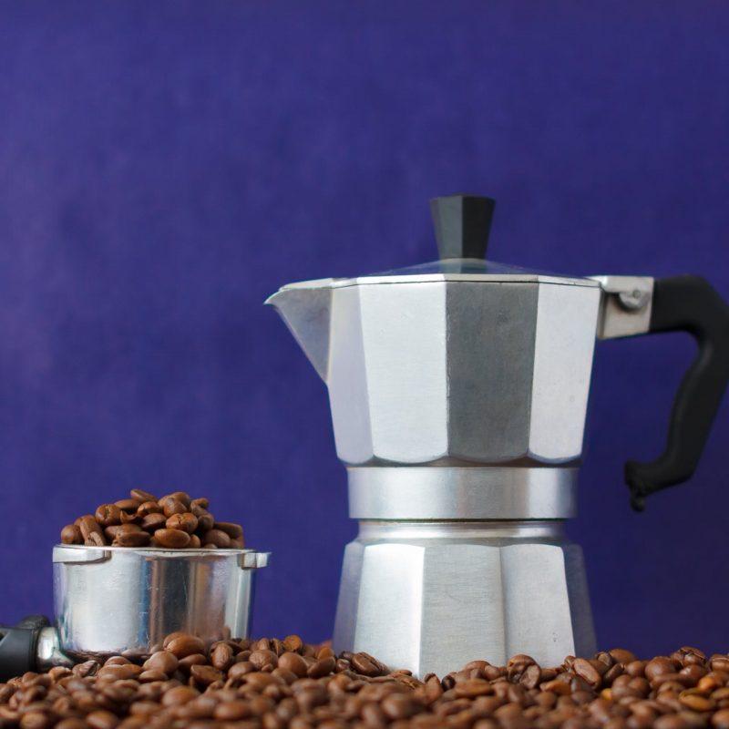 moka konvička a zrnká kávy