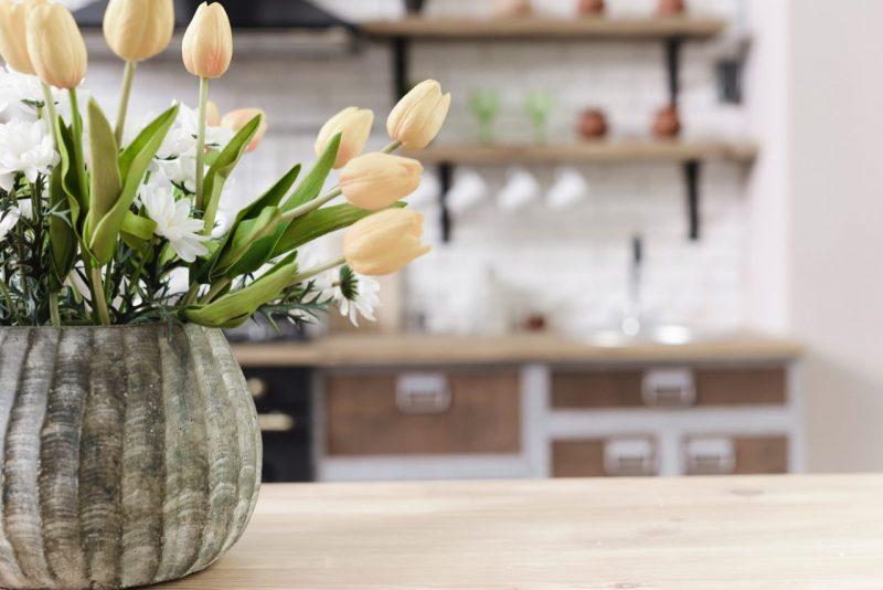 tulipány vo vidieckej kuchyni