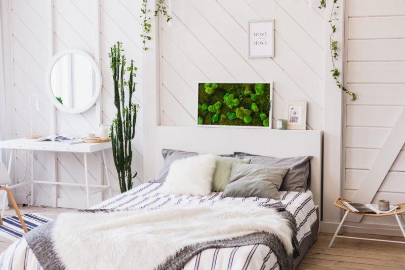 machový obraz nad posteľou