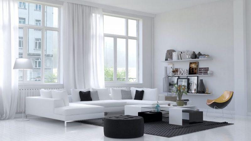 biela obývačka s veľkými oknami