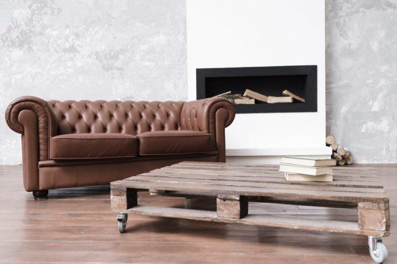 paletový stolík s hnedou sedačkou