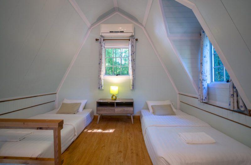 biela podkrovná izba s dvomi posteľami