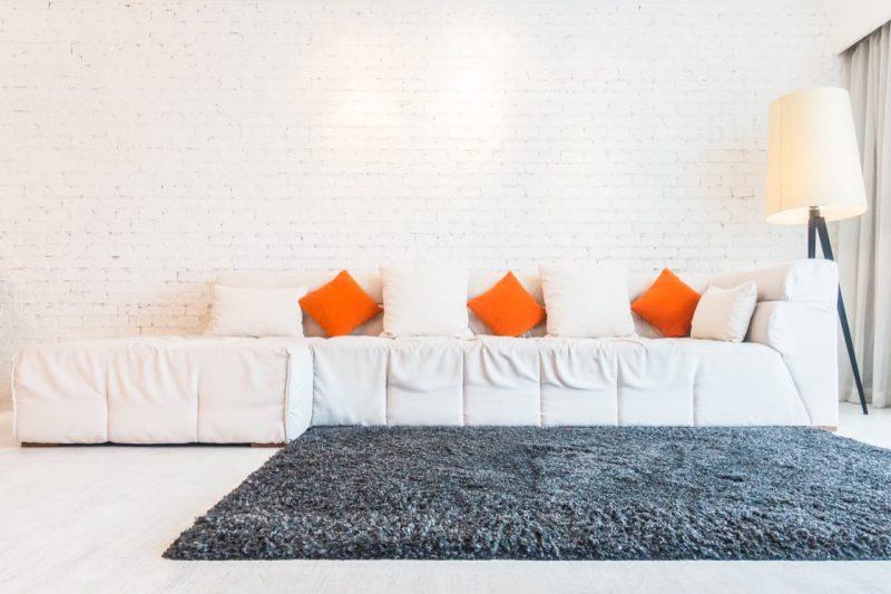 sivý koberec v bielej obývačke