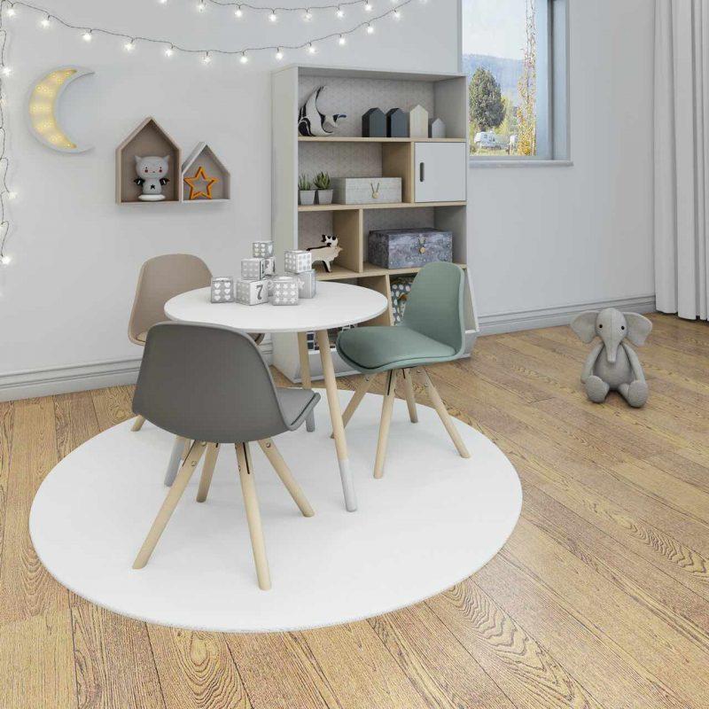 tri stoličky so stolom v detskej izbe