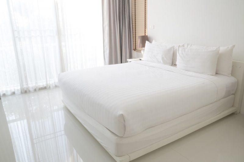 biela posteľ v bielej spálni