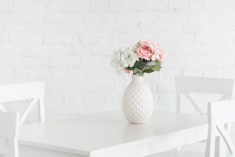 biely stôl s bielou vázou