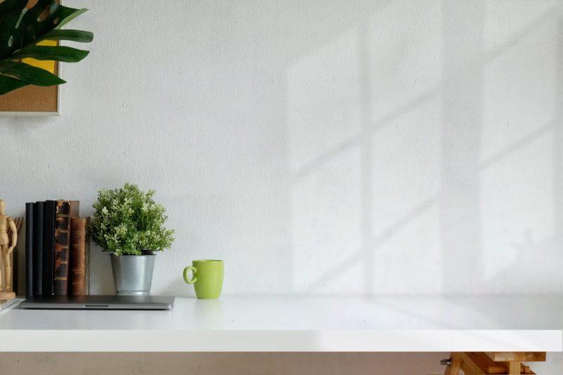 biely stôl s dekoráciami