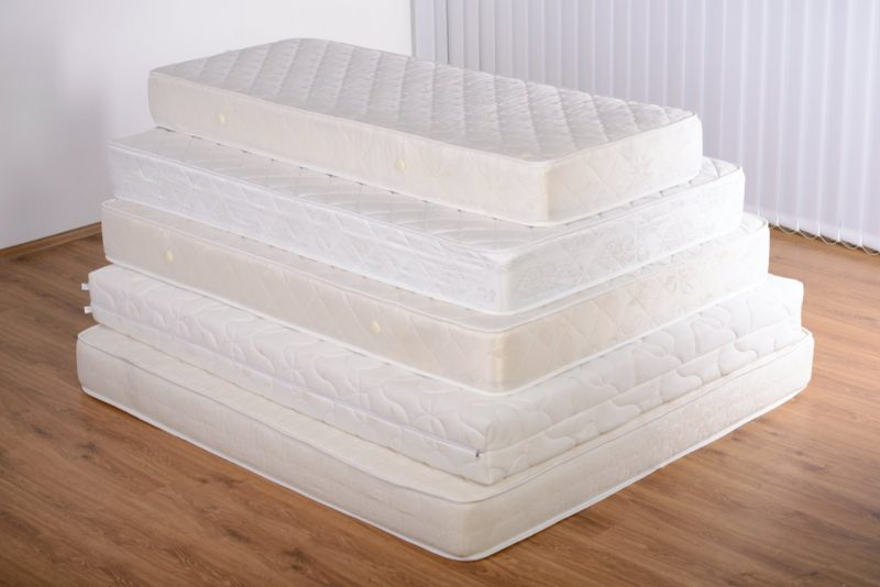 matrace poukladané na sebe