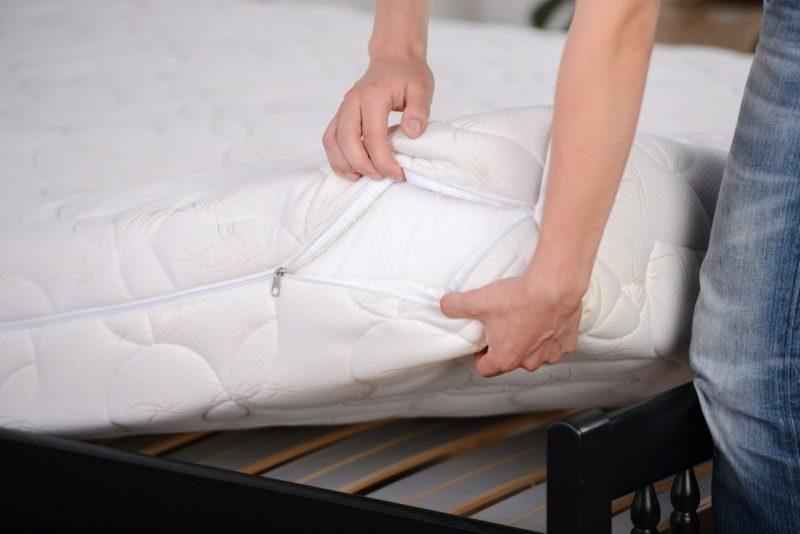muž drží matrace
