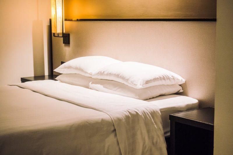 posteľ s vankúšmi