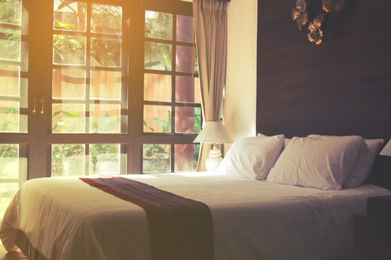 posteľ v spálni