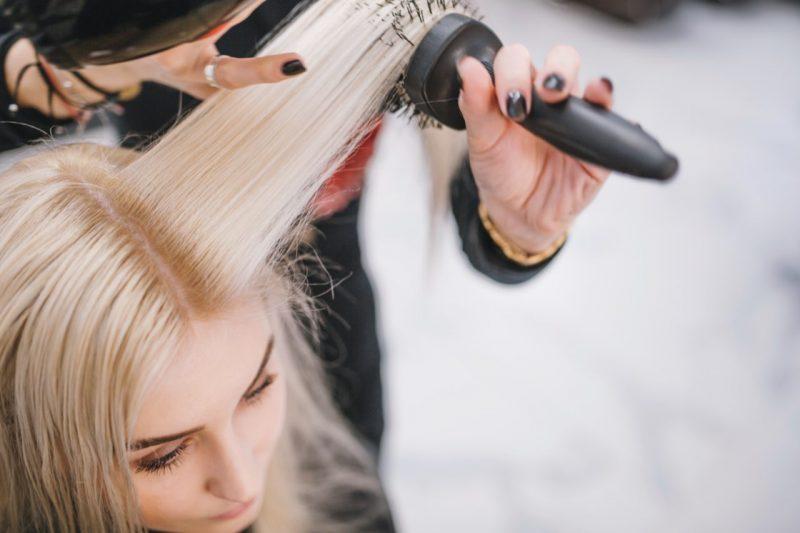 fúkanie vlasov pomocou kefy a fénu