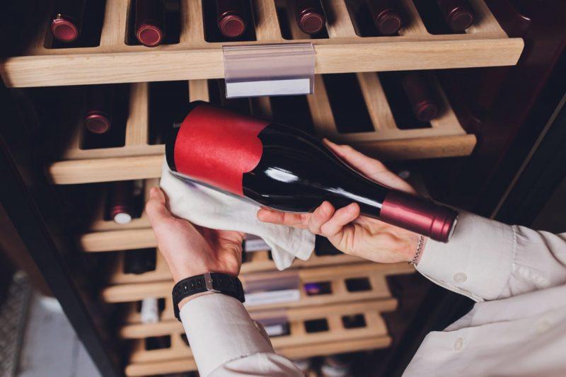 fľaša od vína v rukách