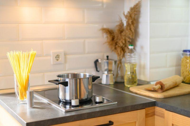kuchyňa s hrncom na sporáku