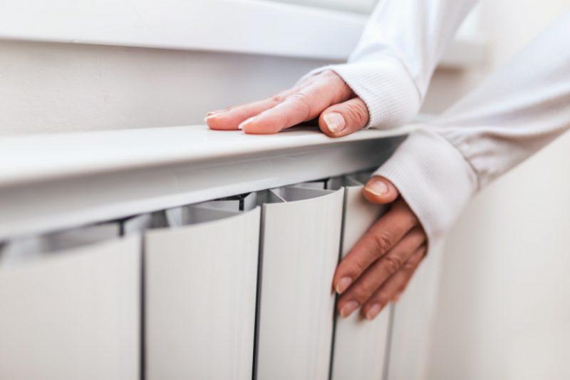 ženské ruky na radiátore plynový ohrievač