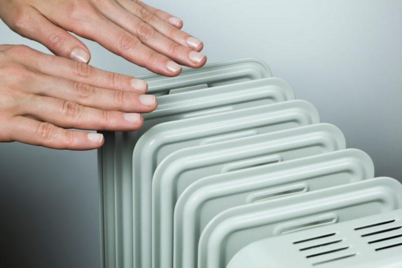 ruky nad radiátorom