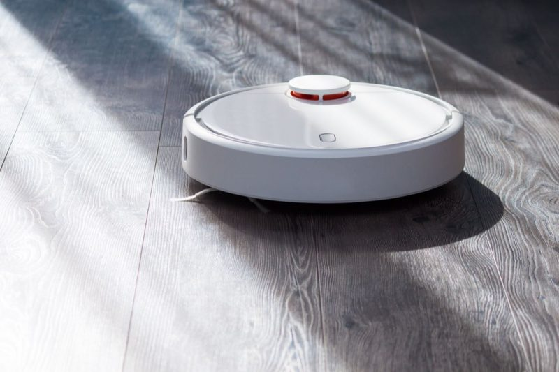 robotický vysávač Xiaomi Mi Robot Vacuum na tmavej podlahe