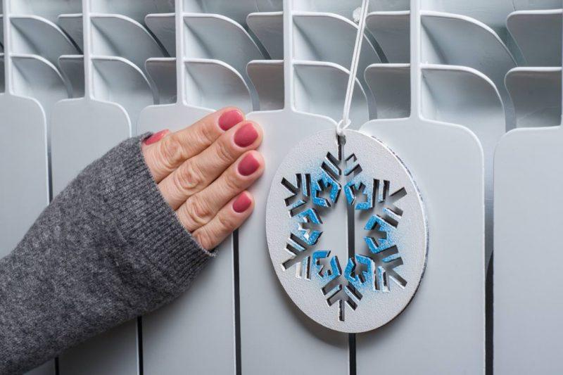 ženská ruka na radiátore