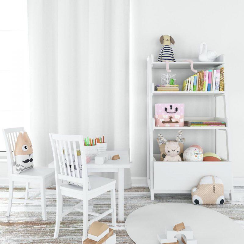 biela detská izba s hračkami