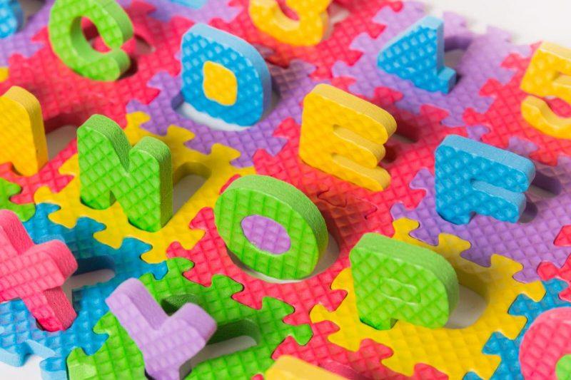 farebné penové puzzle s písmenami