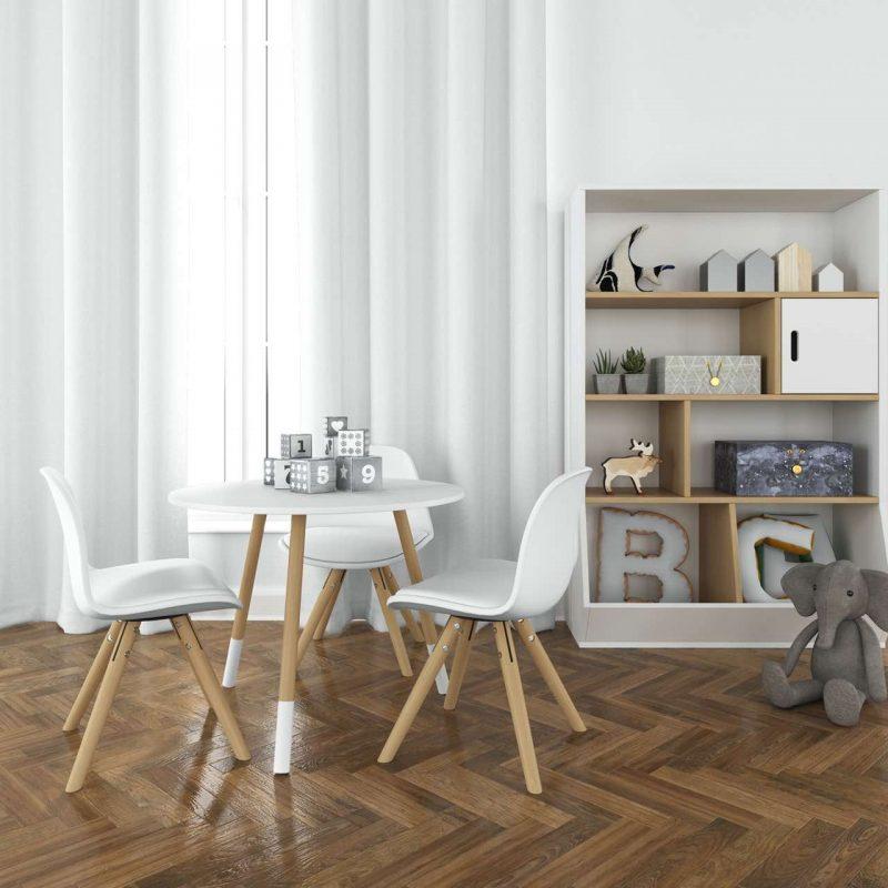 stôl s bielymi stoličkami v detskej izbe