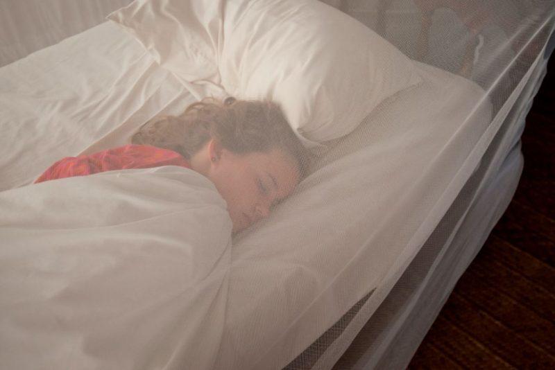 moskytiéra na posteli