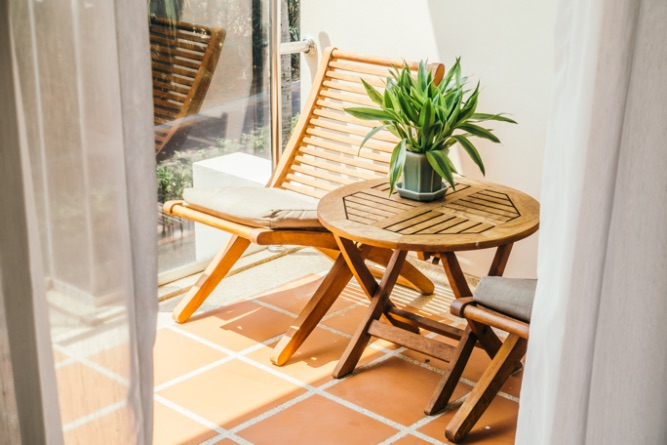 stolička a stôl na terase
