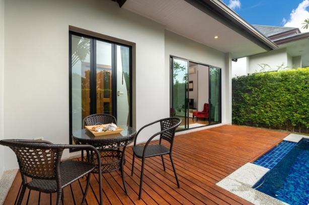 stoličky a stôl na terase