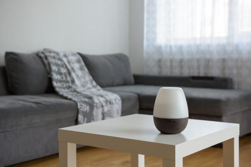 biely difuzér na bielom stole v obývačke