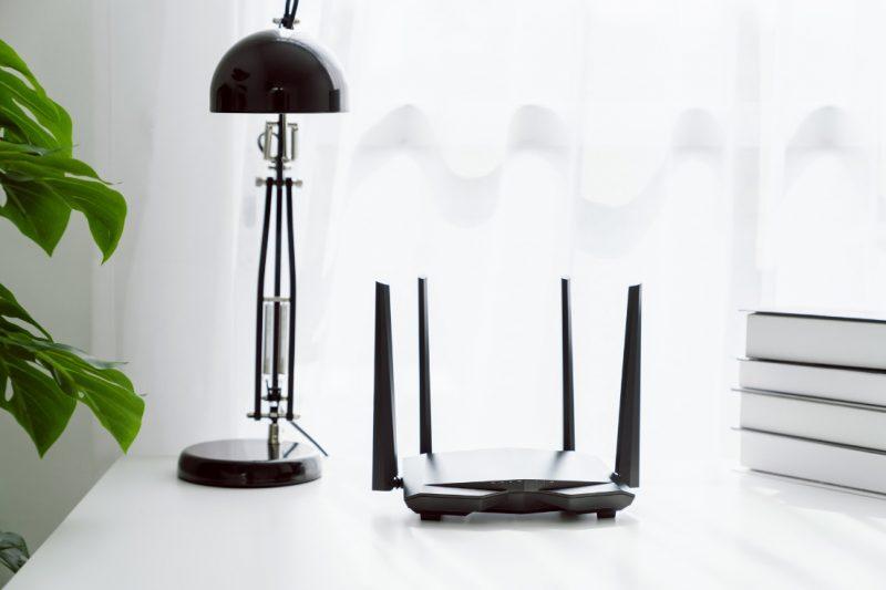 Wi-Fi router na stole pri lampe
