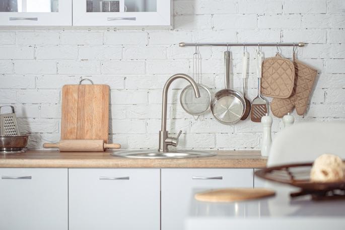 biely obklad do kuchyne
