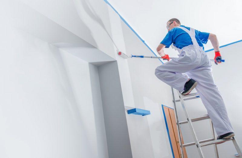 maľovanie stien na rebríku