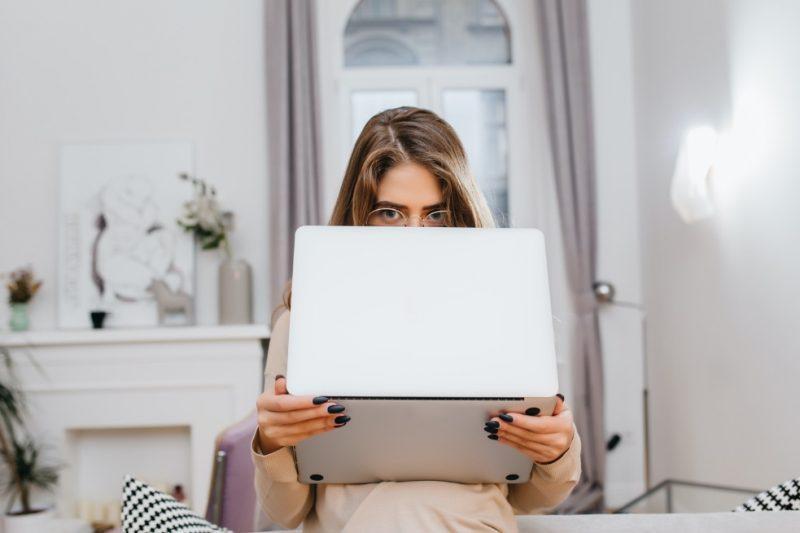 žena s notebookom