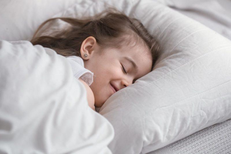 dieťa v posteli