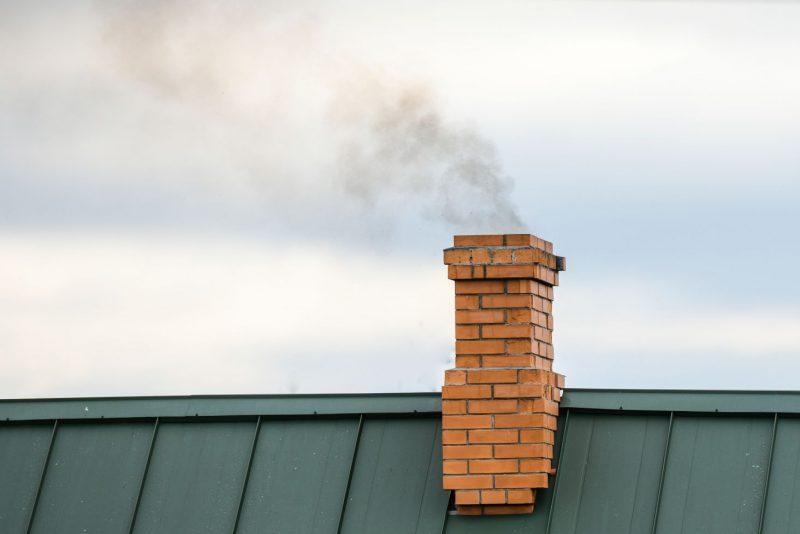 dym, ktorý ide z komína