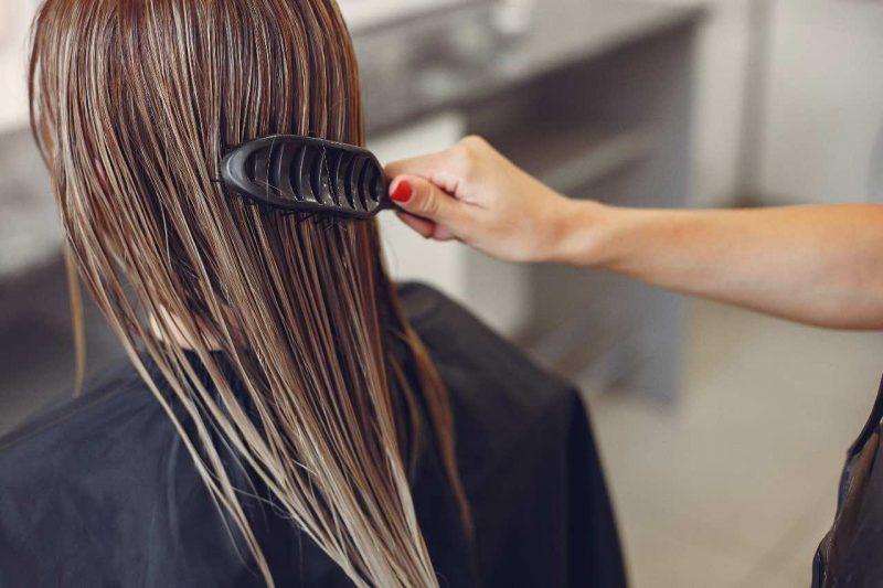 česanie mokrých vlasov