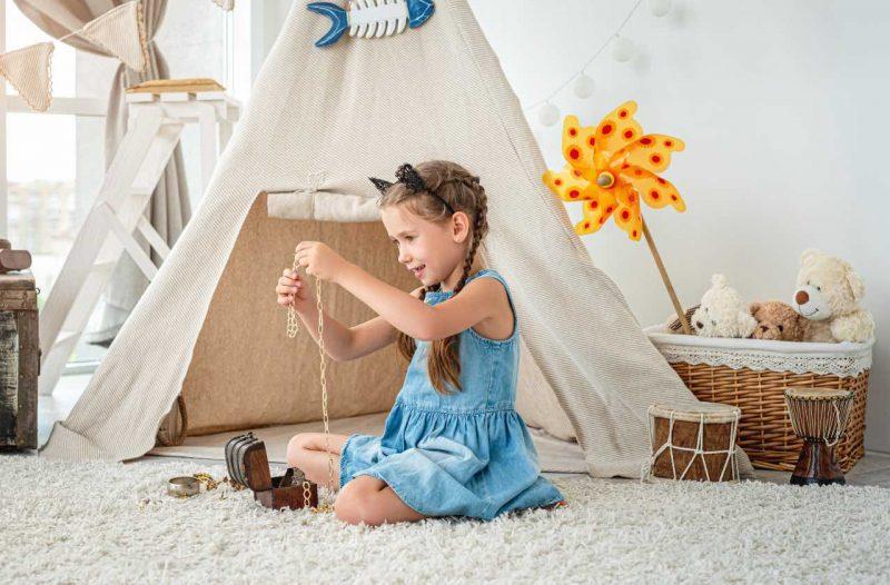 detský stan a dievča