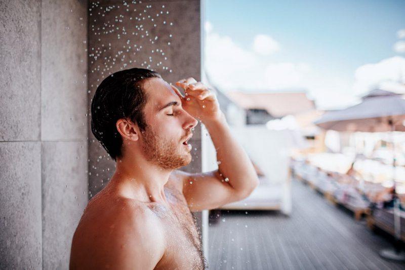 muž, ktorý sa sprchuje