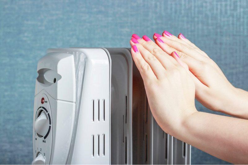 olejový radiátor a ruky