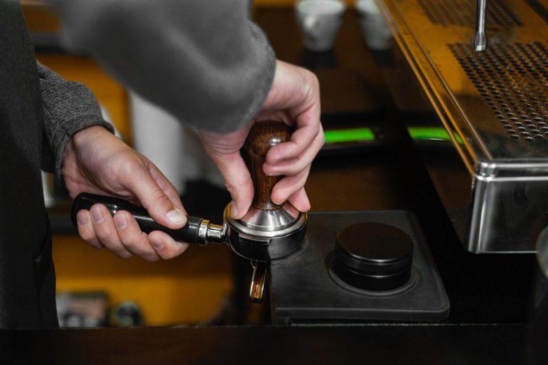 zatláčanie kávy kávovar delonghi