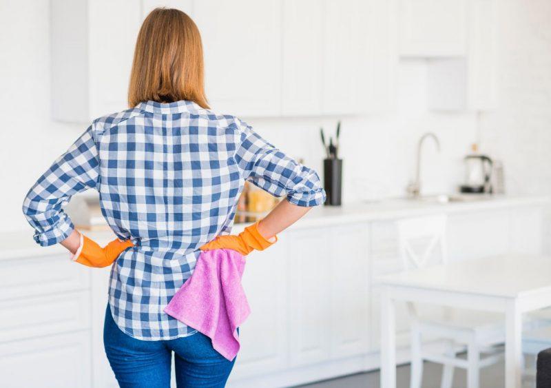 žena, ktorá umýva kuchyňu