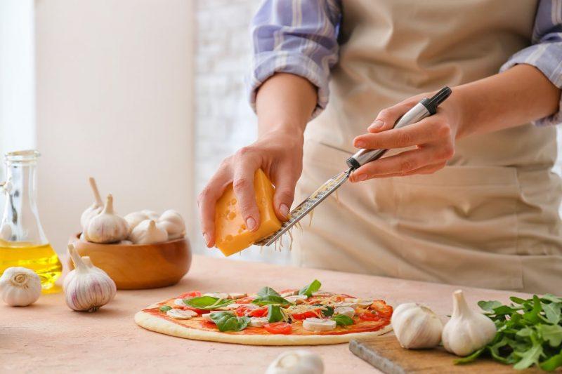 žena, ktorá strúha syr