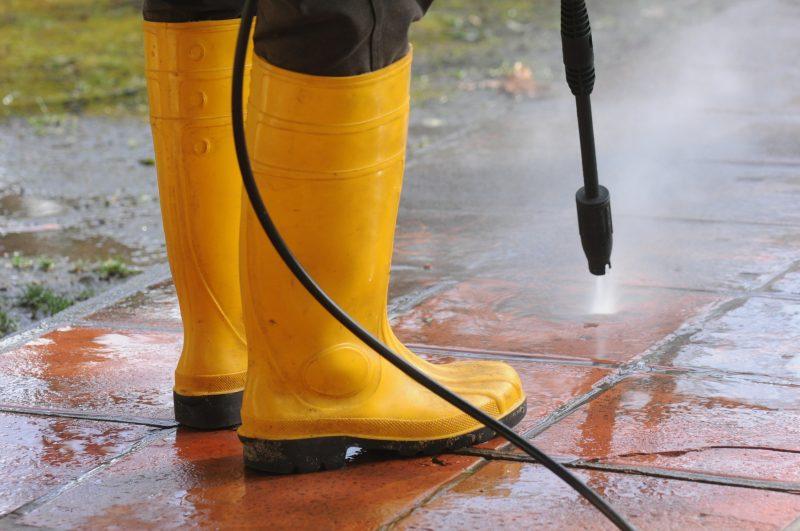 muž v žltých gumákoch vapkuje chodník