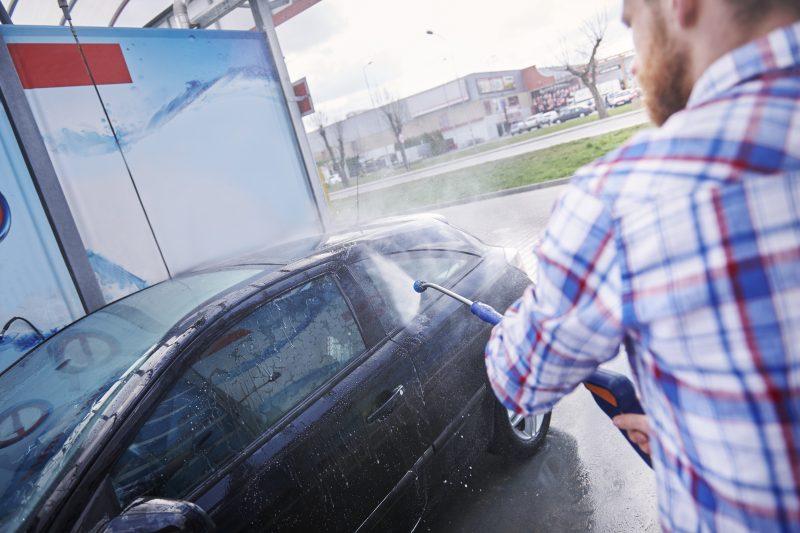 muž vapkuje auto